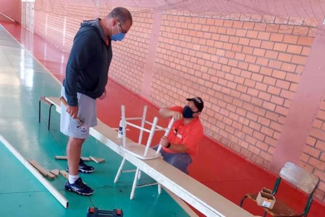 Equipes da SMEL trabalham na manutenção dos espaços desportivos