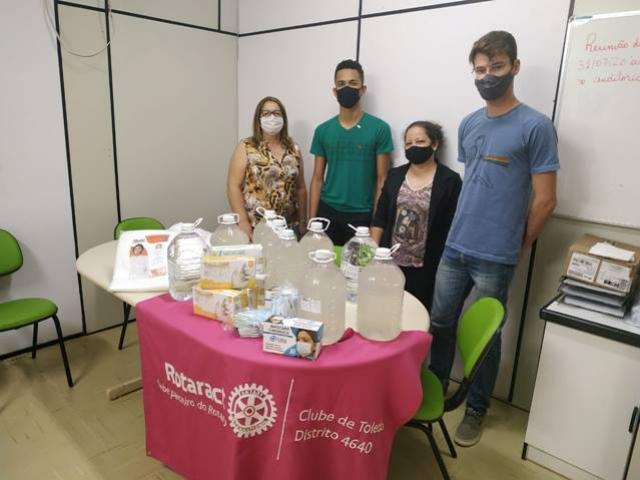 Rotaract Club Toledo doa materiais de prevenção a casas abrigo