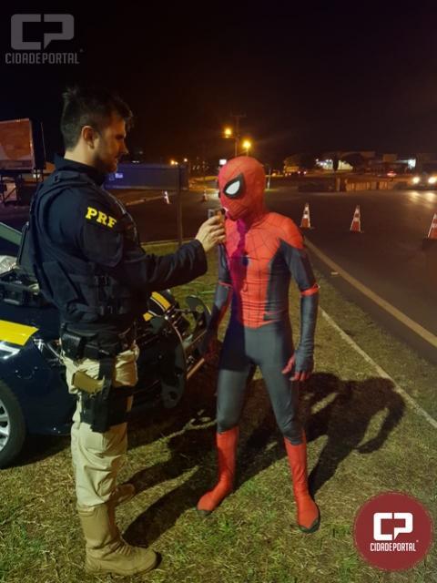 Animador de festa vestido como Homem-aranha passa no teste do bafômetro em Foz do Iguaçu