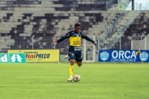 Lateral-direito Libano completa 50 jogos com a camisa do FC Cascavel