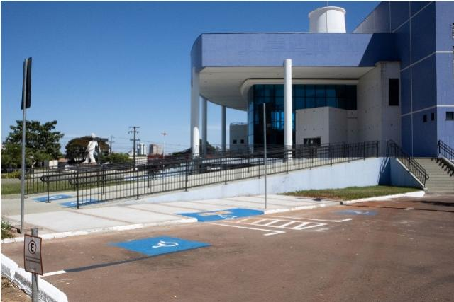 Teatro melhora acessibilidade com rampas e vagas preferenciais no estacionamento
