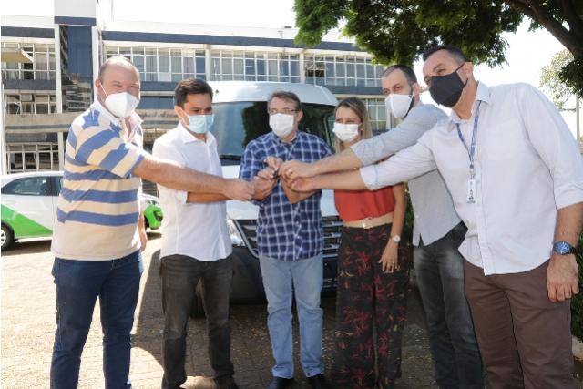 Prefeitura recebe van de passageiros para transporte de pacientes