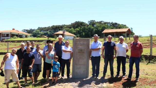 Asfalto rural na Linha Comin/Rio Toledo é entregue à comunidade