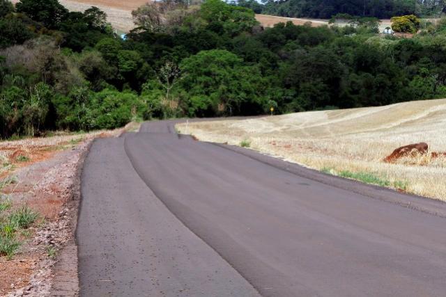 Município de Toledo investe e comunidade é beneficiada com mais um asfalto rural novo