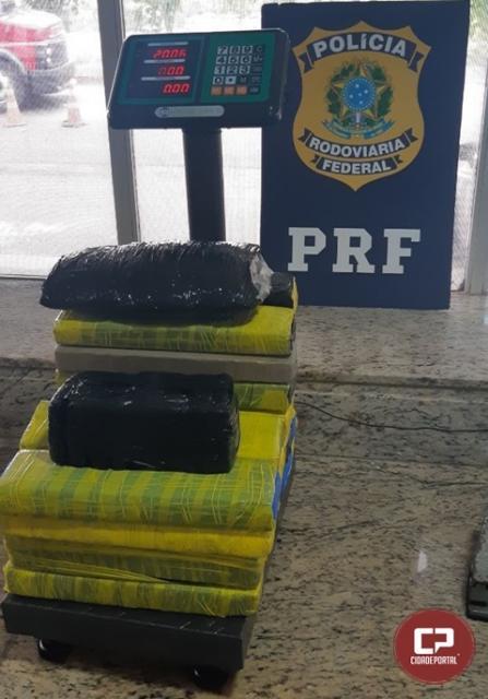 PRF encontra 20 kg de maconha com mulher em posto de combustível na cidade de Céu Azul