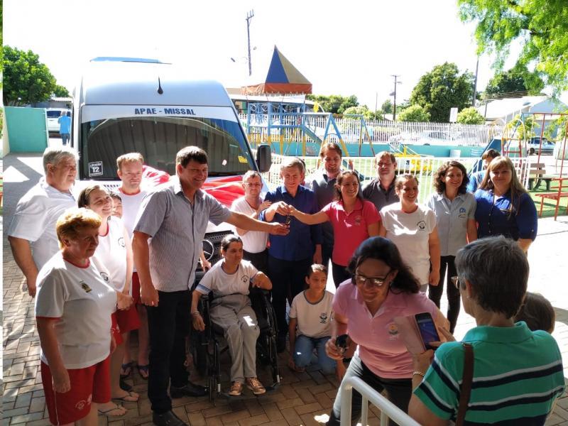 APAE de Missal recebe nova van para transporte de alunos