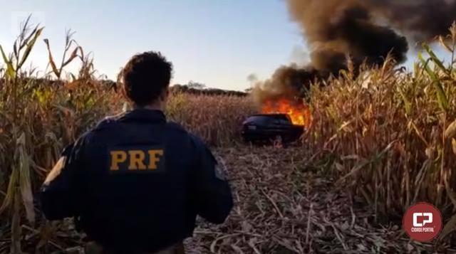 PRF apreende carro incendiado carregado com cigarros em São Miguel do Iguaçu