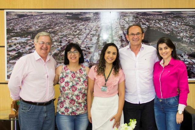 Servidores municipais de Toledo vestem rosa em apoio à campanha Outubro Rosa