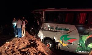 Acidente com ônibus de estudantes na PR-323 mata uma jovem e deixa 11 feridos