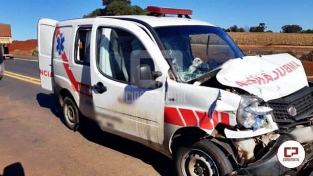 PRF atende acidente envolvendo ambulância de Naviraí nas obras de duplicação da BR-163 em Toledo