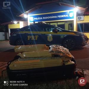 PRF apreende 17 kg de maconha em um táxi em Quatro Pontes