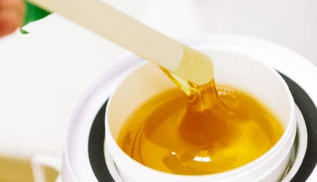 Cera de açúcar e limão pede cuidado na hora da depilação e dá para substituir a fruta