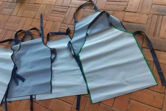 """Campanha """"Adote um avental"""", da UEL, gera renda a artesãos e apoia trabalhadores da reciclagem"""