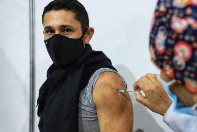 Três em cada quatro cidades paranaenses já vacinam a faixa dos 30 anos contra a Covid-19