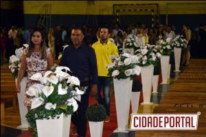 Casamento coletivo realiza sonho de 46 casais em Goioerê, inclusive um homoafetivo.
