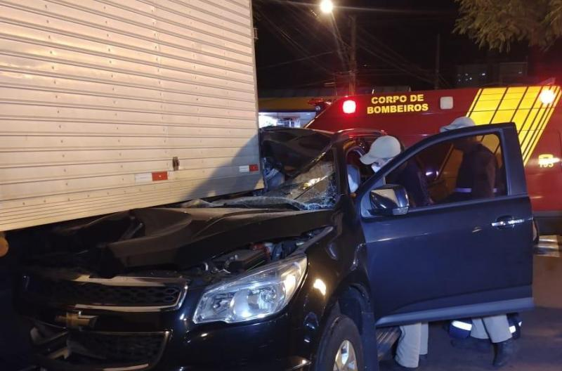 Uma pessoa foi presa com sinais de embriaguez após bater na traseira de caminhão em Campo Mourão