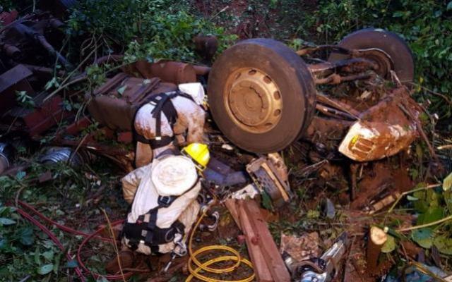 Caminhão cai de ponte e mata motorista e ajudante