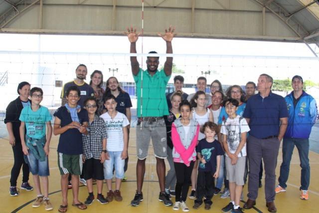 Atleta de Seleção Brasileira de Voleibol visita Campo Mourão