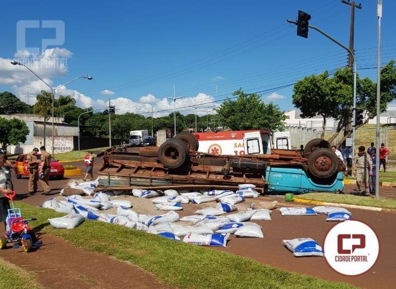 Caminhão carregado de grãos capota após ficar sem freio em Ubiratã