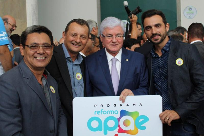 Prefeito, Vereadores e Lideranças Goioerenses participaram da assinatura de convênios em Curitiba