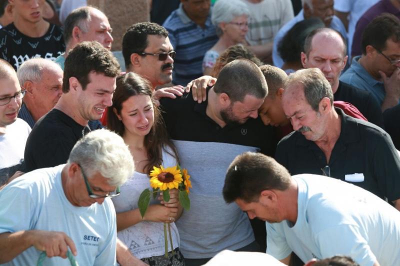 Multidão acompanha enterro de vítimas da chacina