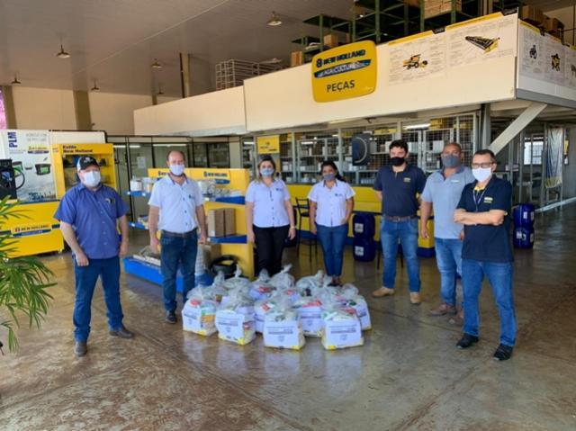 Empresas entregam 15 cestas de alimentos para o Centro Educacional Santa Clara de Goioerê