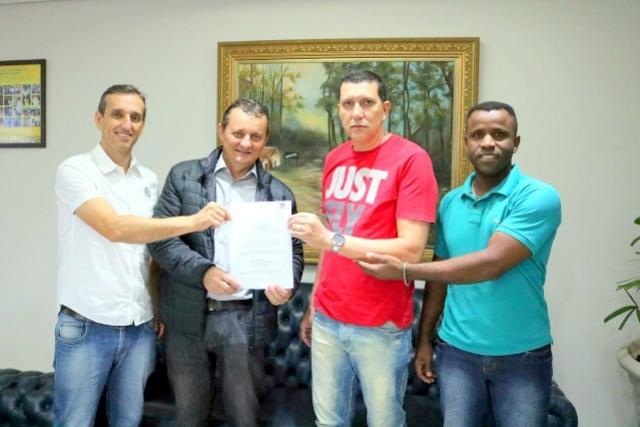 Chefe da Regional do Esporte anuncia ao prefeito Pedro Coelho a vinda de 27 mil para o esporte