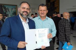 Pedro Coelho assina convênio com a governadora Cida Borghetti beneficiando centenas de famílias goioerenses