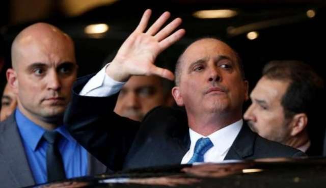 Guerra no WhastApp e suspeitas sobre ex-assessor do filho coroam semana turbulenta de Bolsonaro