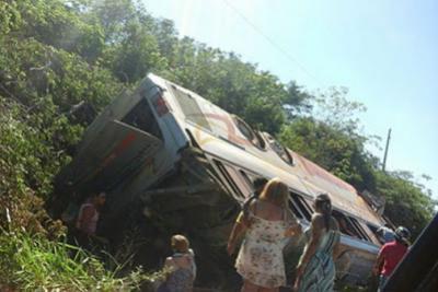 Ônibus lotado de romeiros despenca de ribanceira em rodovia na Bahia