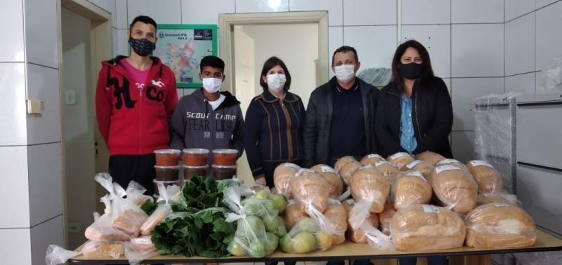O Prefeito Pedro Coelho acompanha entrega das cestas de alimentos do Programa Compra Direta