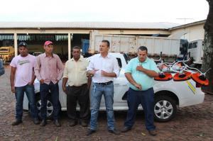 Sexta movimentada com entrega de roçadeiras, melhorias em praça, ponto de taxi e entrevista em rádio
