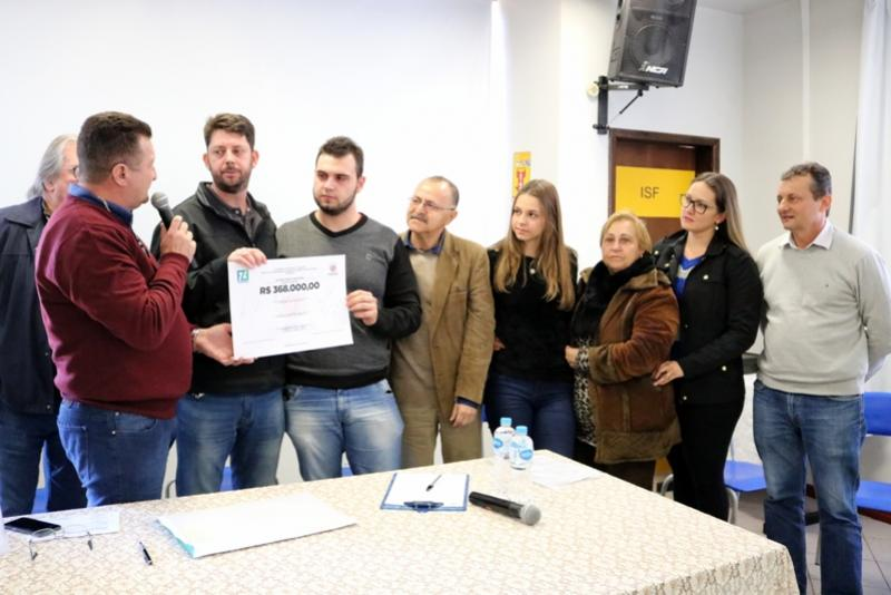 Professor Edclaudio Catellii foi homenageado durante assinatura da ordem de serviço das obras do Premem I