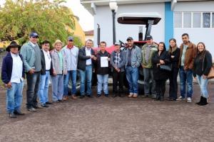 Prefeito Pedro Coelho entregou trator à associação de produtores rurais