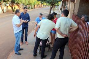 Prefeito Pedro Coelho visita moradores contemplados com obra de pavimentação asfáltica