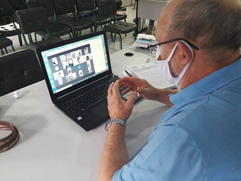 Chefe do Núcleo Regional de Educação de Goioerê promove reunião remota com sua equipe