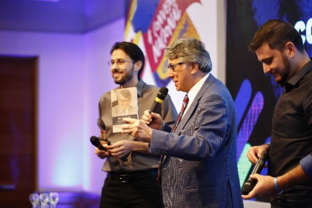 Reitor da UniCesumar lança livro sobre sua história de vida e trajetória empresarial
