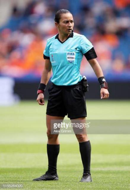 Árbitra Edna Alves apita na Copa do Mundo Feminina no jogo entre China x Espanha