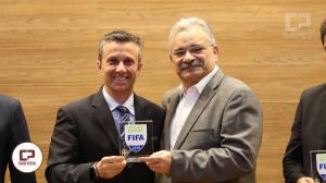 Edina Alves Batista recebe escudo da FIFA 2018, ela esta pré selecionada para copa da França 2019