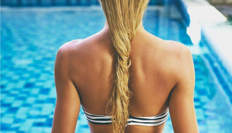 Banho de vinagre reparador para salvar os cabelos do cloro da piscina: como fazer?