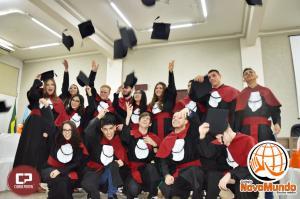 Alunos do Terceiro Ano do Colégio Novo Mundo Colam de Grau em noite festiva