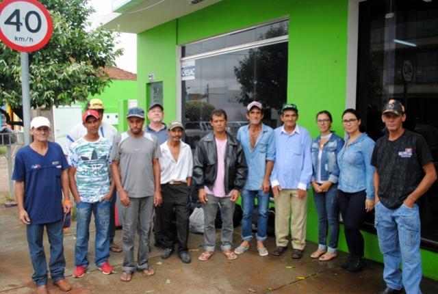 Trabalhadores goioerenses a caminho do raleio da maça em Santa Catarina