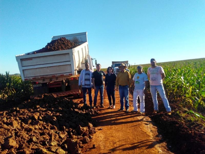 Prefeitura de Rancho Alegre d'Oeste realiza trabalho de cascalhamento de estradas rurais