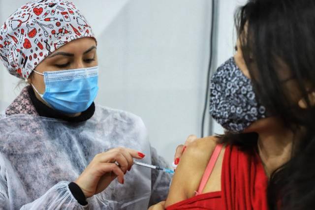 7 milhões de doses foram aplicadas no Paraná, 63% dos adultos já receberam uma vacina