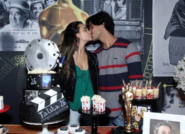 Talita Younan festeja aniversário e troca beijos apaixonados com o namorado