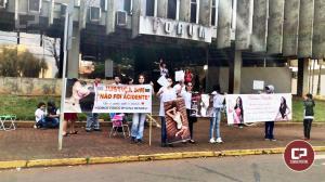 Família de Mylena Mendes pede Justiça durante manifestação  na frente do Fórum de Campo Mourão