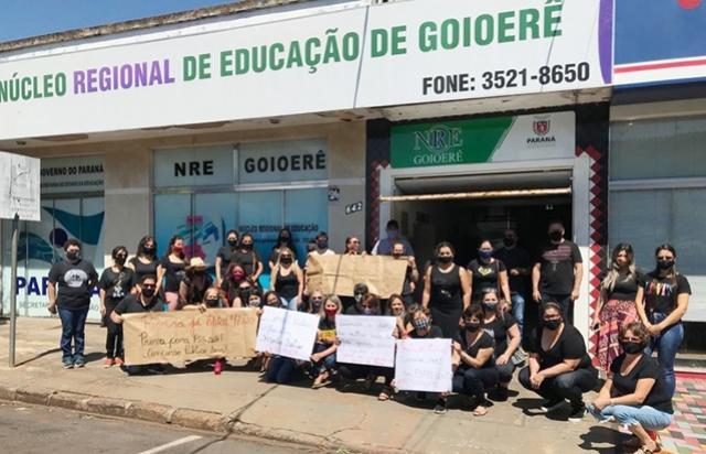 Professores fazem mobilização em frente ao Núcleo de Educação de Goioerê