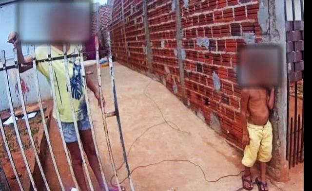 Criança de 6 anos é encontrada amarrada pelo tornozelo no muro de casa