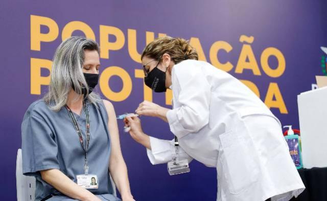 Quatro milhões de paranaenses já receberam a primeira dose contra a Covid-19