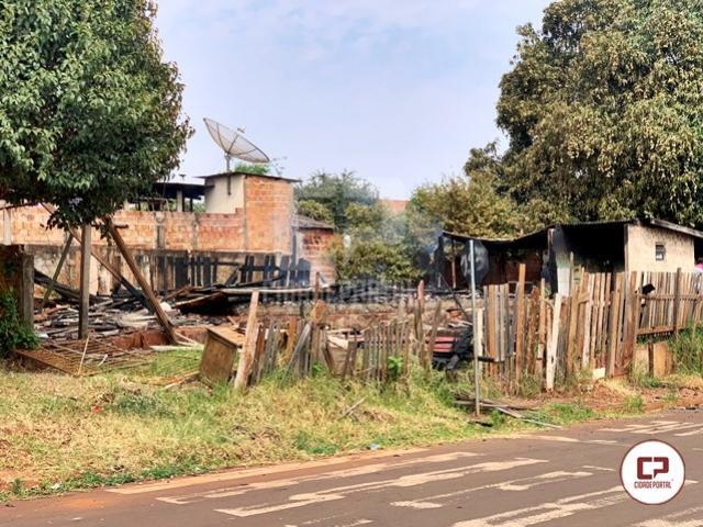 Residência é completamente destruída por fogo em Goioerê